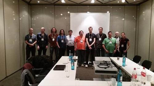 사진: 뒤셀도르프 의 OpenSSL 미팅. 왼쪽으로부터 차례로:Steve Marquess、 Kurt Roeckx、Geoff Thorpe、Richard Levitte、Lutz Jänicke、Tim Hudson、Matt Caswell、Bodo Möller、Rich Salz、Andy Polyakov、Emilia Käsper。또 다른 네명의 참회자가 있었는데 사진속에 출현하지 않았다.
